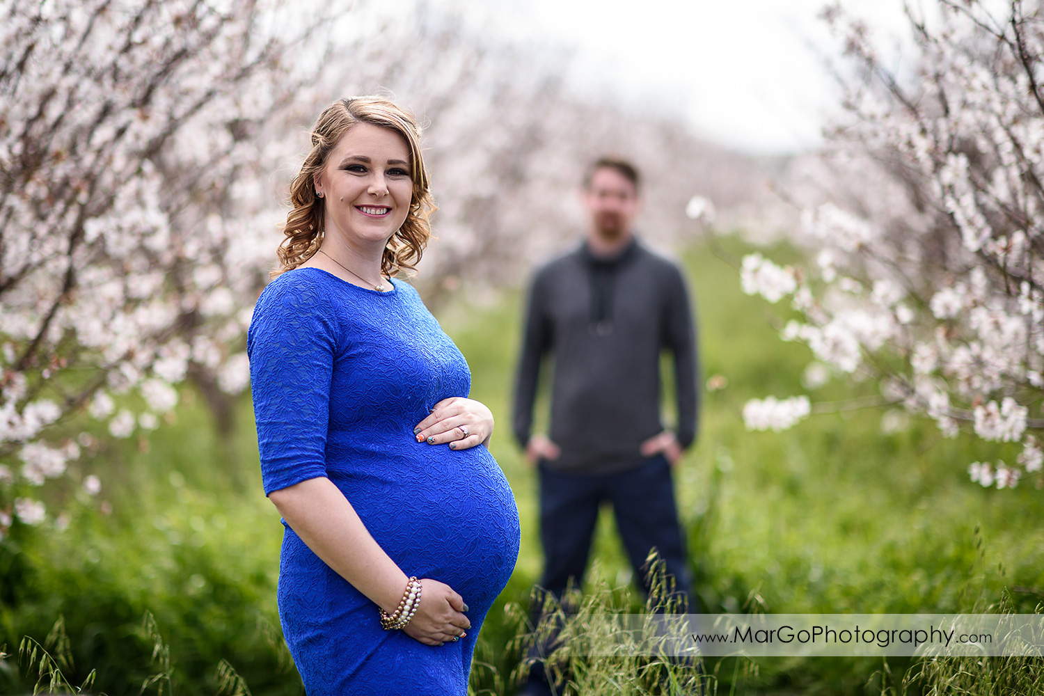 couple maternity session, focus on pregnant woman, Tracy orchard