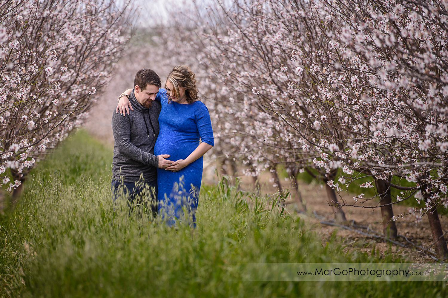 couple looking at the belly, Tracy orchard maternity session