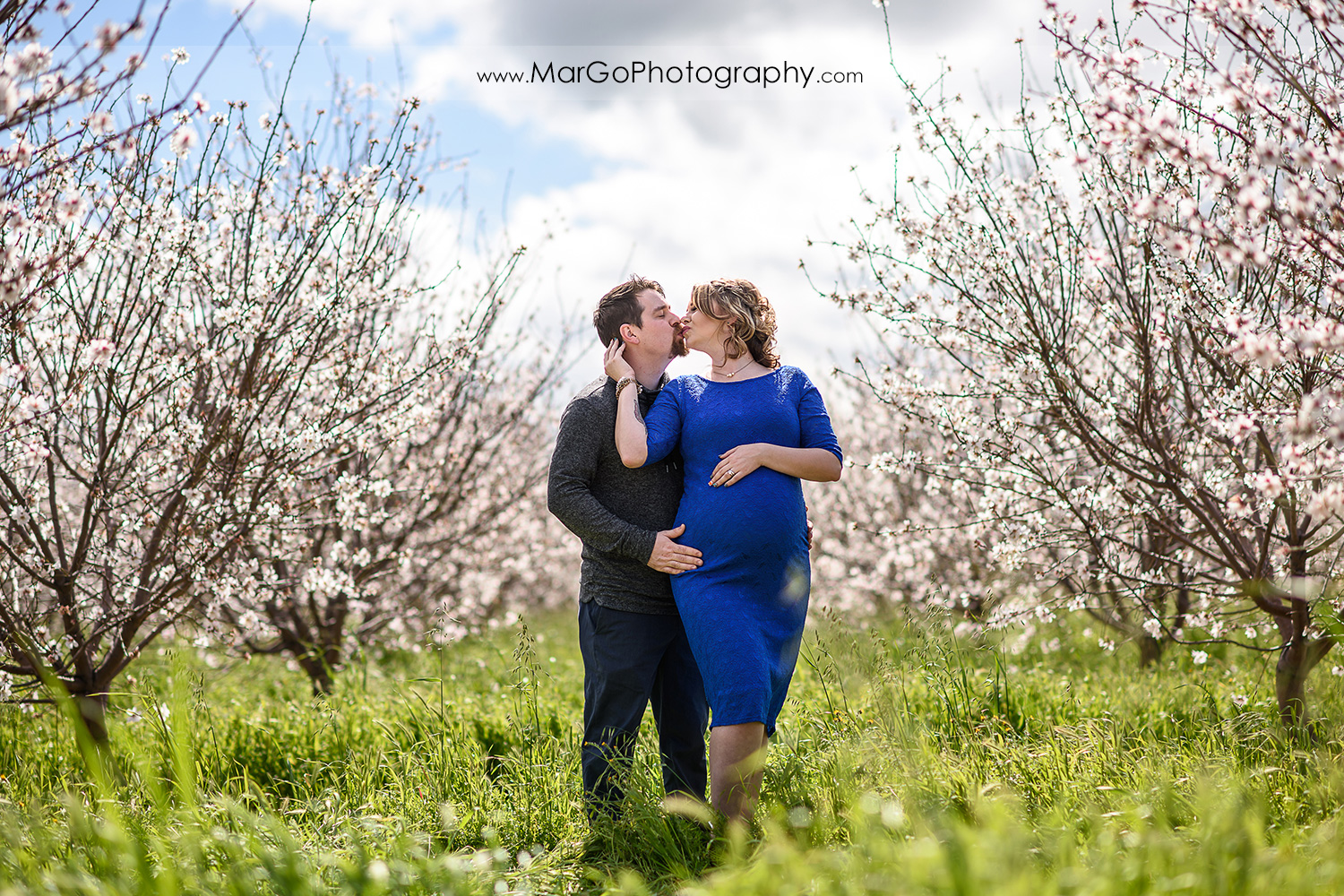 kissing couple, Tracy orchard maternity session