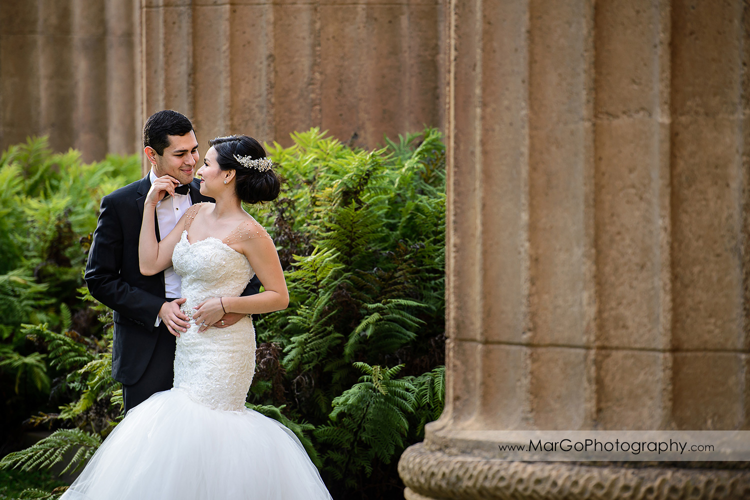 bride and groom in front of the columns at Palace of Fine Arts in San Francisco